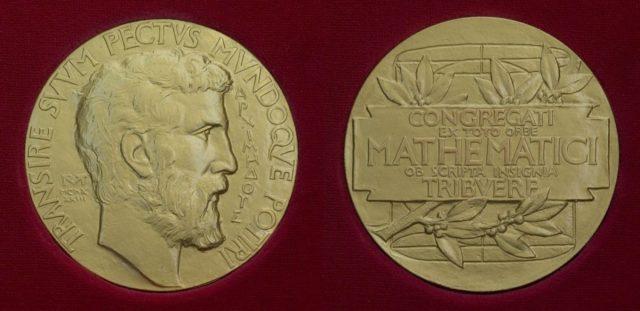 Anverso y reverso de la Medalla Fields que la International Mathematical Union – IMU concede a jóvenes matemáticos por contribuciones destacadas en las Matemáticas