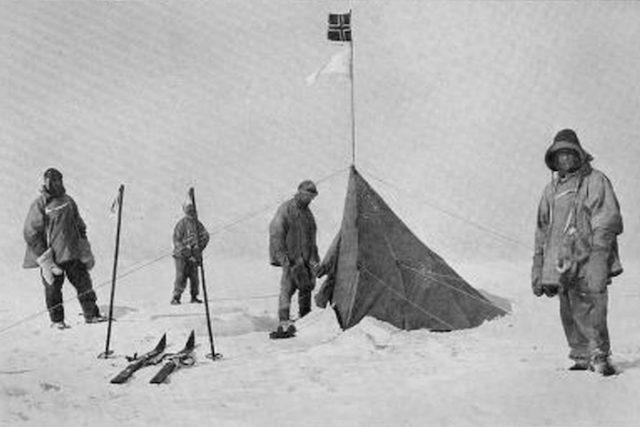 La expedición noruega de Amundsen coronando el Polo Sur