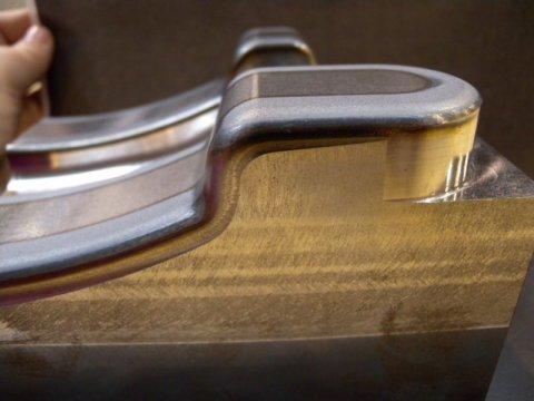 Pieza de prueba endurecida mediante láser empleando ópticas de barrido. Foto: Aitzol Lamikiz