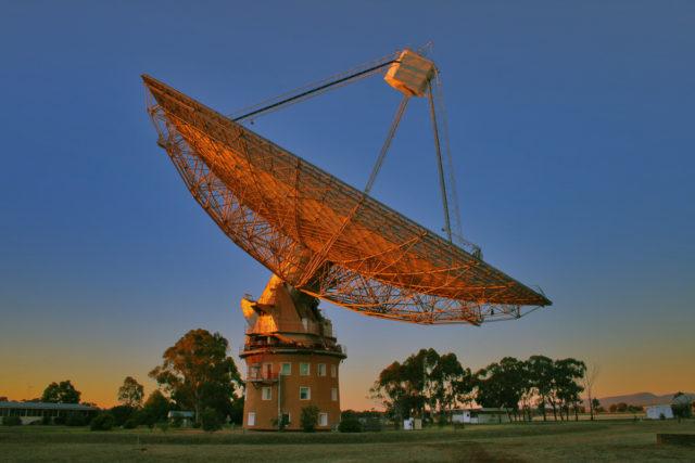 Radiotelescopio de Parkes (NSW, Australia), de 64 metros de tamaño, durante la puesta de Sol. Crédito: Ángel R. López-Sánchez (AAO/MQU).