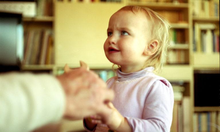 Por qué los niños preguntan «por qué» y qué constituye una buena explicación