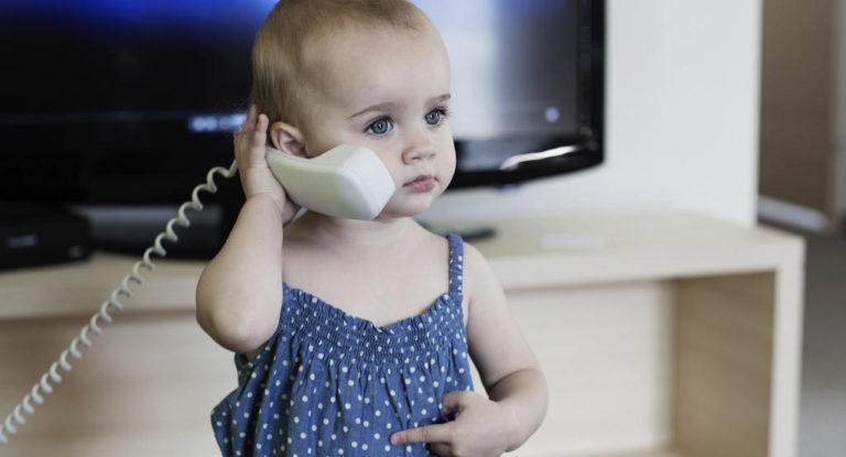 Cuando los bebés comienzan a combinar gesto y habla