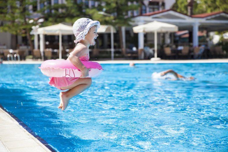 Sal de la piscina si te pican los ojos y no mezcles lejía con amoniaco