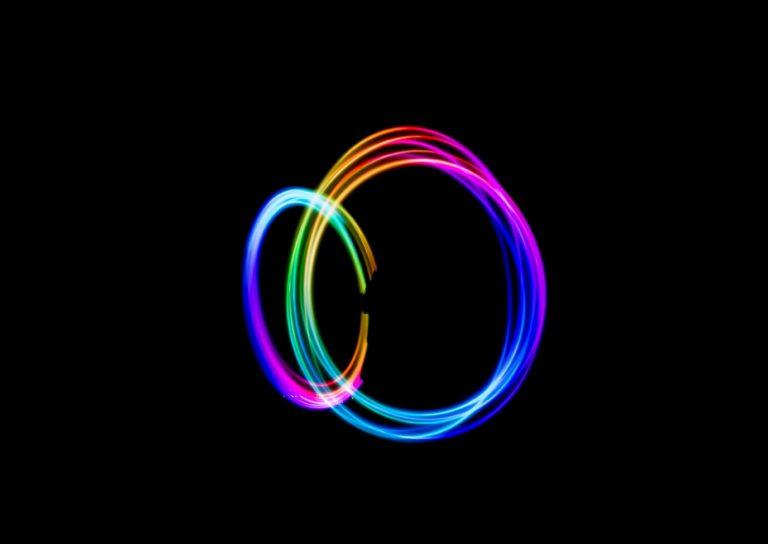 El modelo de Bohr explica las regularidades en el espectro del hidrógeno