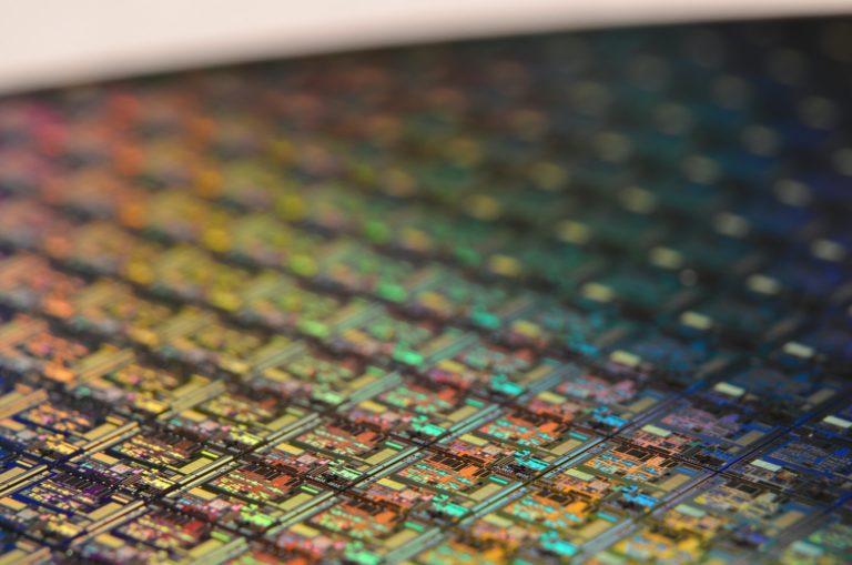 Juntando semiconductores: historia del transistor