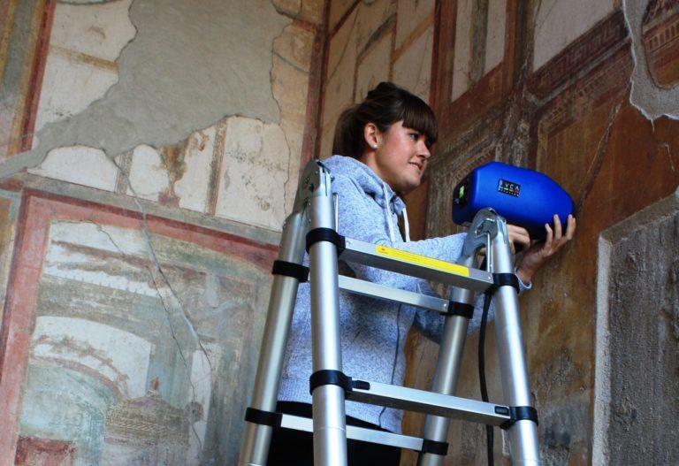 El material volcánico que protege las pinturas de Pompeya las daña al salir a la luz